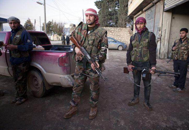Soldados del Ejército Libre de Siria, durante los combates en el pueblo de Fafeen, en la provincia siria de Alepo. (EFE/Archivo)