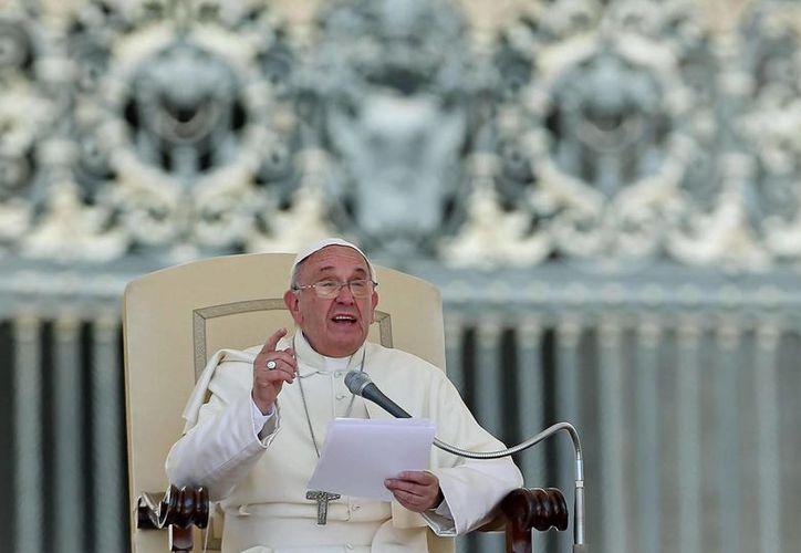 El Papa Francisco pronuncia un discurso con motivo de la audiencia general del miércoles en la plaza de San Pedro en el Vaticano ante  miles de fieles y peregrinos.  La familia fue el tema de catequésis. (EFE)