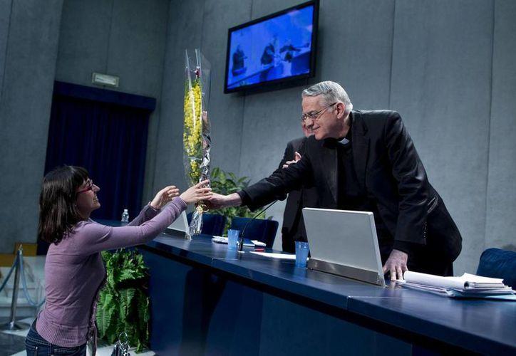 El portavoz vaticano, el padre Federico Lombardi, a su llegada hoy a la rueda de prensa en el Vaticano. (EFE)