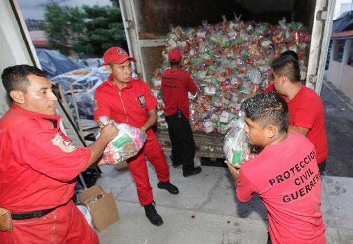 En los momentos más álgidos de la emergencia, llegaron a Guerrero miles de apoyos que donaron mexicanos y personas de otros países. (sedesol.com)
