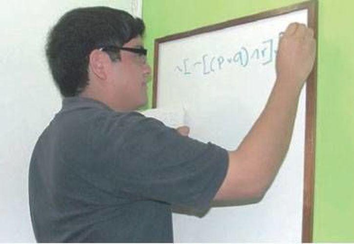 """El joven no se cataloga a sí mismo como """"nerd"""", pero acepta ser analítico y dedicado a los estudios. (Alejandra Galicia/SIPSE)"""
