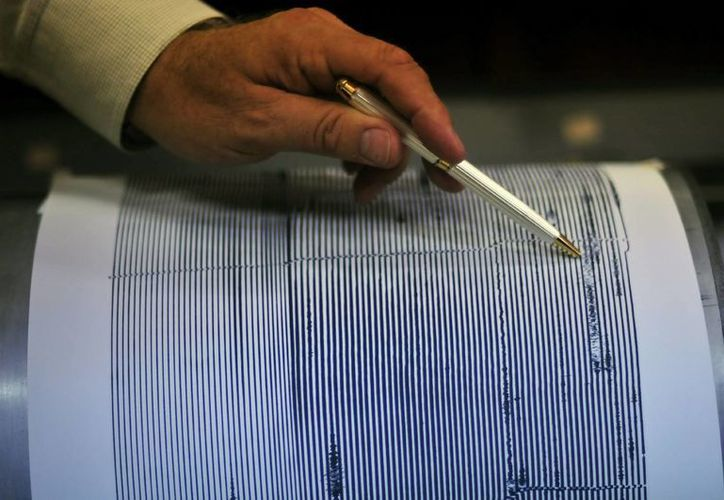 Un experto señala el registro de un seísmo en un sismógrafo. (Archivo/EFE)