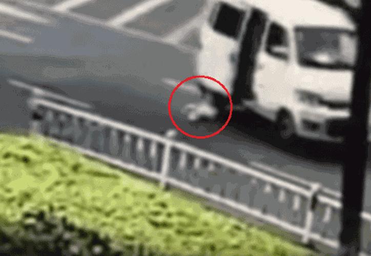 Se desconoce si el menor resultó herido tras la caída. (Foto: Daily Mail).