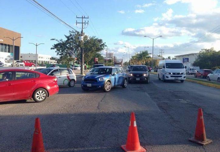 La avenida Bonampak de Cancún fue cerrada desde el pasado viernes, por obras de repavimentación. (Redacción/SIPSE)