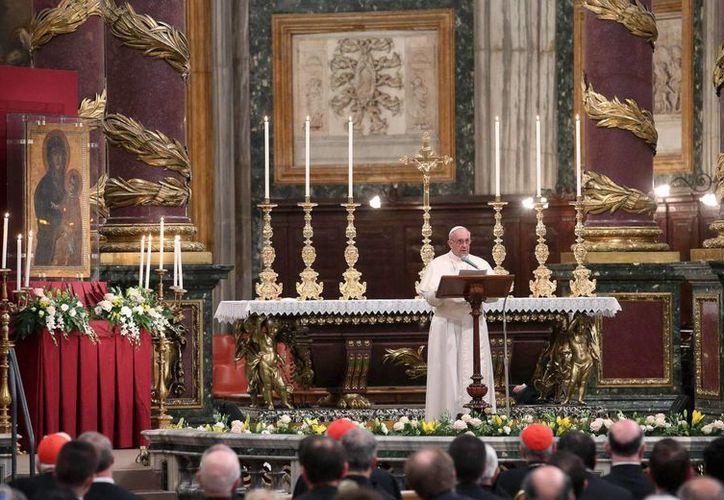 El papa Francisco reza el rosario en la Basílica de Santa María la Mayor en Roma (Italia). EFE