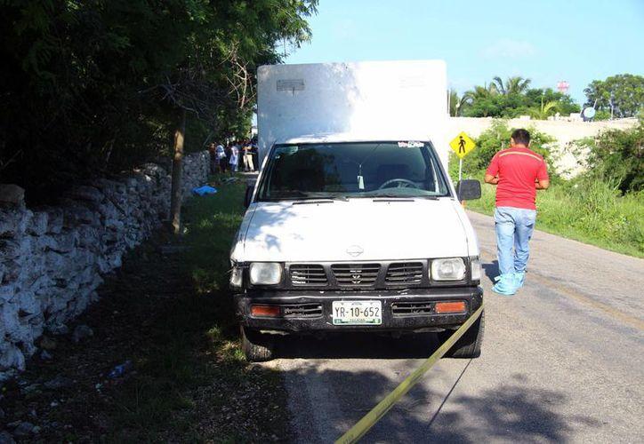 El guiador de una camioneta atropelló a un jardinero en Sierra Papacal. El jardinero murió y el automovilista se dio a la fuga, pero olvidó en el vehículo un gafete que lo identifica. (Fotos: Pallota/SIPSE)
