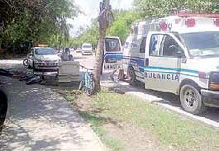 La ambulancia de Costamed arribó a la fase dos del complejo privado Playacar para auxiliar a la agraviada. (Redacción/SIPSE)