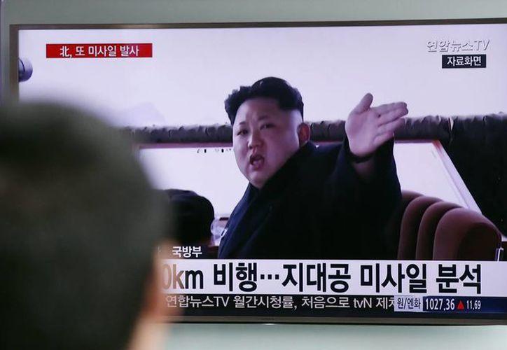 Un hombre mira un televisor que emite un noticiero con imágenes de archivo del líder norcoreano Kim Jong Un en una estación del metro de Seúl, en Corea del Sur. (Agencias)