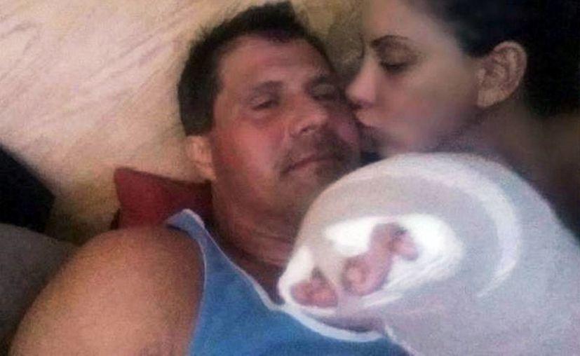 En esta foto colocada en Twitter se observa a José Canseco mientras se recupera de un balazo infligido a sí mismo por accidente. (Foto: AP)
