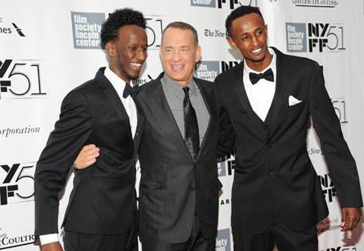 El actor posó con los actores espontáneos que participan en la cinta. (Milenio)