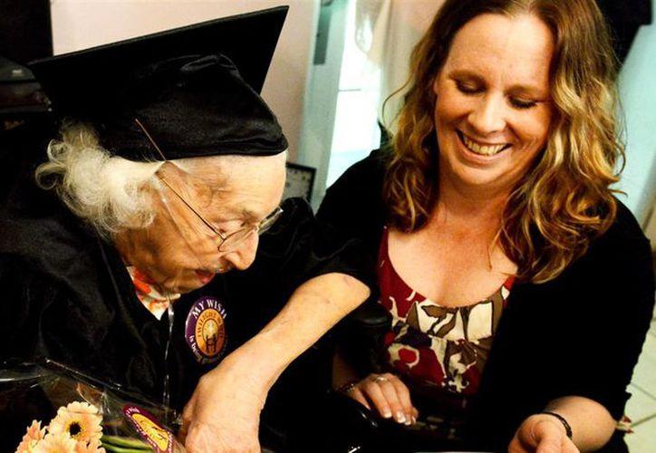 El miércoles pasado, rodeada de cuatro nietos, ocho bisnietos y más familiares, recogió su diploma honorario en el colegio Sto-Rox. (El País)