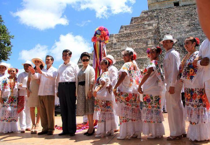 Los presidentes, con sus respectivas esposas, se tomaron la foto con integrantes del ballet folclórico. (José Acosta/SIPSE)