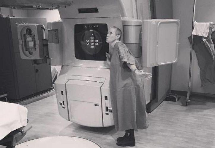 Shannen Doherty padece cáncer de mama, por lo que mientras sigue su tratamiento ya ha bautizado a una máquina que la ayuda como Maggie. (Foto de Instagram)