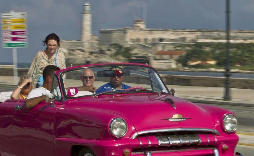 Los automóviles viejos son de los principales atractivos del turismo en Cuba. (Archivo/AP)