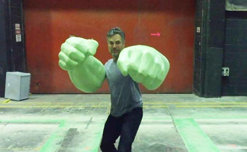 Mark Ruffalo compartió a través de su cuenta de Twitter un pequeño video donde aparece con las enormes manos de Hulk. (@MarkRuffalo)