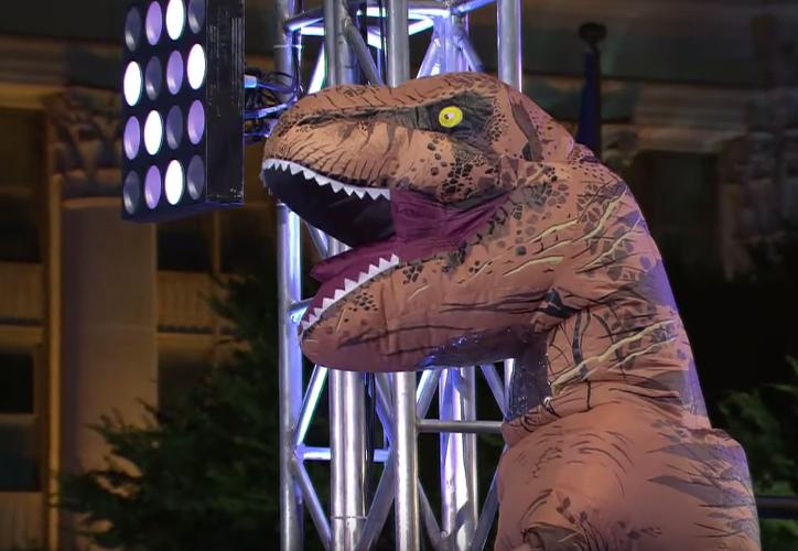La reportera que hablaba en vivo no se dio cuenta de la batalla que protagonizaban tres tiranosaurios. (Foto: Contexto)