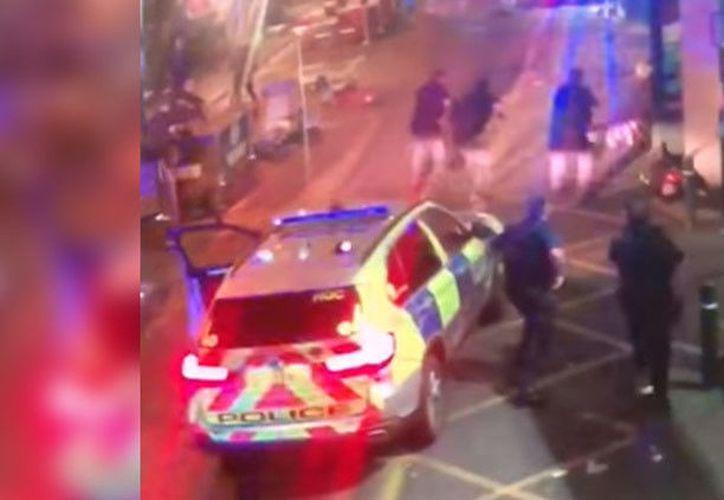 Un video que circula en la web muestra el momento en el que policías disparan contra los terroristas que intentaron ingresar a un PUB de Londres, Inglaterra. (RT)