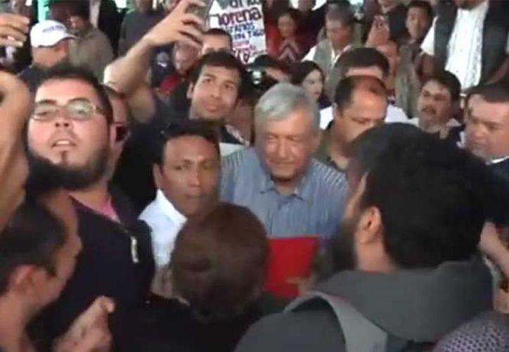 Imagen del momento en que Andrés Manuel López Obrador recibe la agresión. (Foto: Captura de imagen)