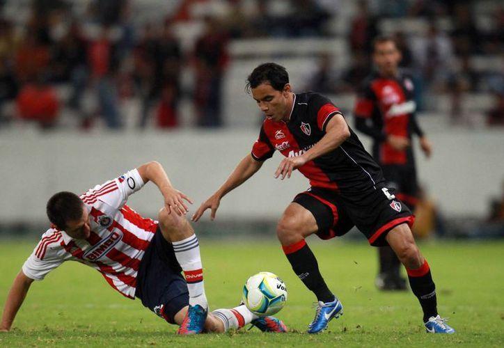 Omar Bravo (derecha) está muy contento y agradecido de volver a la Selección. (Notimex)