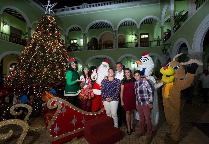 El gobernador Rolando Zapata estuvo reunido con su familia  durante el encendido del Árbol de Navidad en el Palacio de Gobierno. (SIPSE)