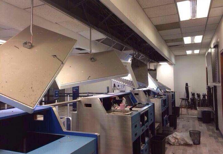 En el aeropuerto de la ciudad de Tapachula se reportó el desprendimiento de partes del techo; así como daños en el inmobiliario. (twitter.com)