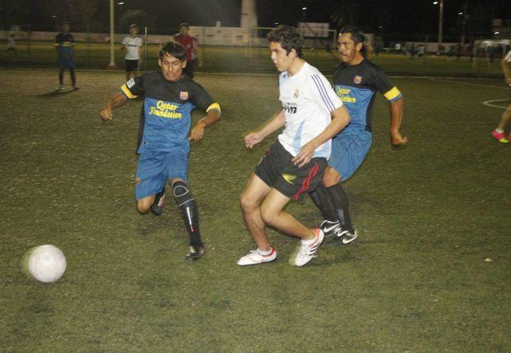 Los jugadores Isaac Ávila y Miguel Díaz, fueron los encargados de mandar el balón a la portería de Galácticos. (Miguel Maldonado/SIPSE)