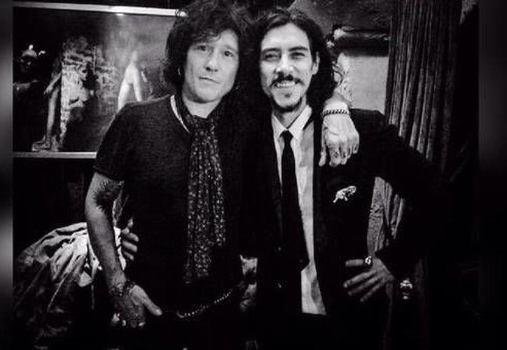 """El músico español Enrique Bunbury compartió una foto junto con el actor Óscar Jaenada, famoso por su rol en """"Luis Miguel, la serie"""". (Foto: Twitter)"""