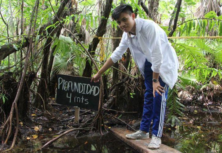 Los alumnos colocaron una malla arriba del cenote, lo que impide que se vuelva a obstruir. (Paola Chiomante/SIPSE)