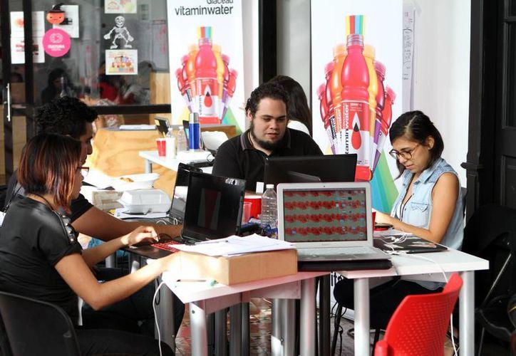 Los jóvenes se organizaron en grupos de siete integrantes para cumplir los retos del Startup Weekend Mérida 2015. (Milenio Novedades)
