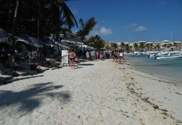 La extranjera fue atendida por paramédicos en la playa. (Redacción)