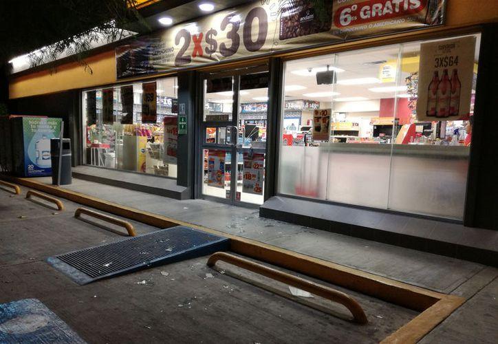 Un par de sujetos se llevaron el dinero de la caja y causaron destrozos en la tienda de conveniencia. (Foto: Redacción)