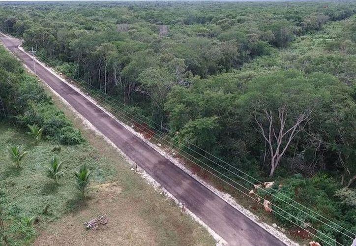 Se han construido más de 200 km de vías sacacosechas durante la administración de Rolando Zapata, quien este lunes inauguró caminos en Tizimín y Espita. (Fotos cortesía)