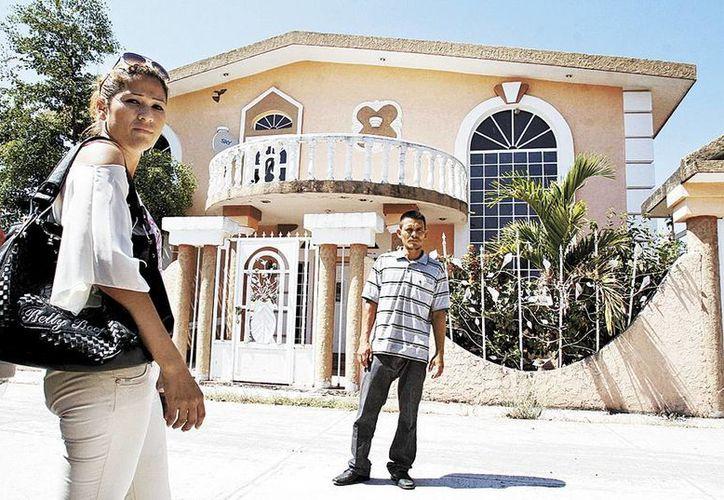 Juan Ríos y Brenda regresaron a su hogar, luego de ser despojados por Hipólito Mora. (Héctor Téllez/Milenio)