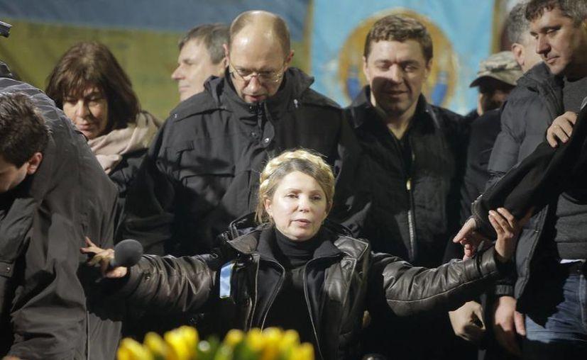Yulia Timoshenko dejó la prisión y se presentó ante los manifestantes en la plaza de Kiev, a quienes agradeció su defensa de Ucrania. (Agencias)