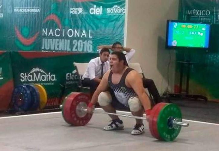 Josué Medina Andueza se llevó tres medallas de oro en el Campeonato Juvenil de levantamiento de pesas, en Mexicali. (Milenio Novedades)