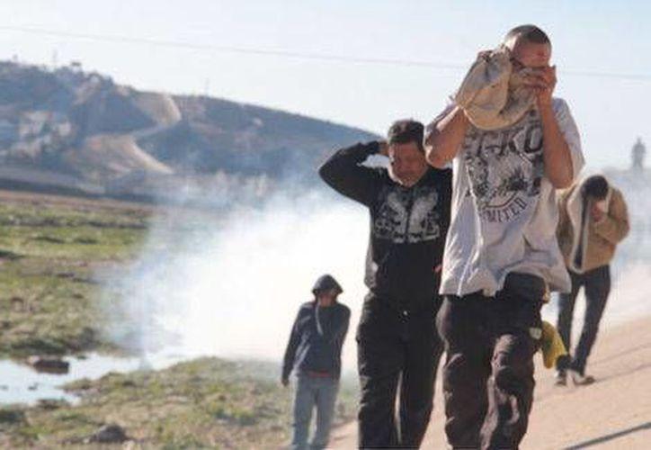 La Patrulla Fronteriza justificó el uso de la fuerza alegando que los migrantes también los agredieron. (Milenio)