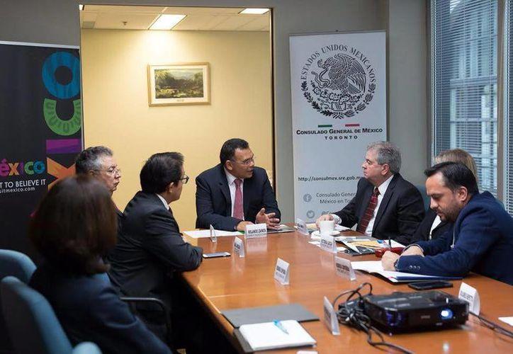 Rolando Zapata Bello habló del desarrollo tecnológico que se impulsa en Yucatán en Canadá. Imagen del encuentro con directivos de las compañías canadienses Instaelectric y WeWi Telecommunications. (Milenio Novedades)