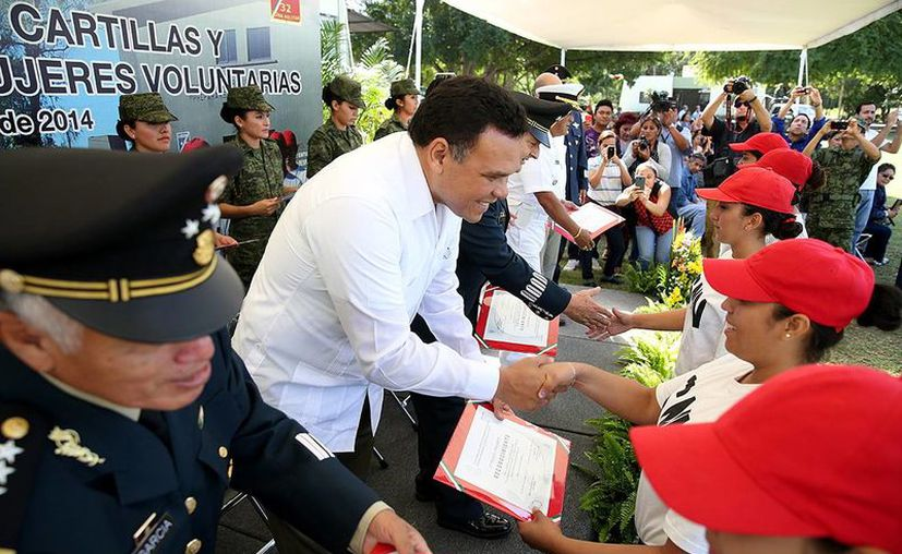 """El gobernador Rolando Zapata Bello otorgó algunas cartillas, durante la ceremonia que se realizó en la explanada """"Damián Carmona"""" del 11º Batallón de Infantería de la X Región Militar. (Milenio Novedades)"""