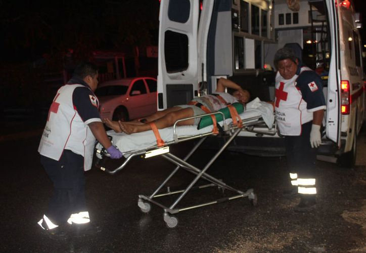 Paramédicos  de la Cruz Roja la trasladaron hasta el Hospital General de Felipe Carrillo Puerto. (Redacción/SIPSE)