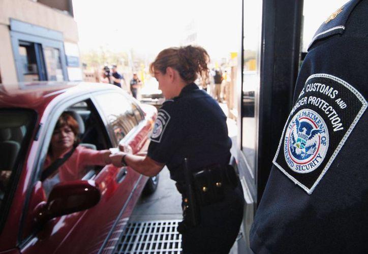 Imagen de junio de 2005 que muestra a agentes del Servicio de Inmigración y Control de Aduanas revisando a un automovilista en la garita de San Ysidro, en San Diego, California, por donde se ha detectado el cruce de drogas. (Foto de archivo: AP/Denis Poroy)