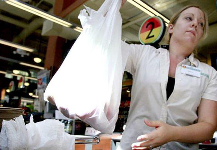 La disposición convertirá a Los Angeles en la mayor ciudad del país en prohibir el uso de bolsas de plástico para el empaque en las tiendas. (elespecial.com)