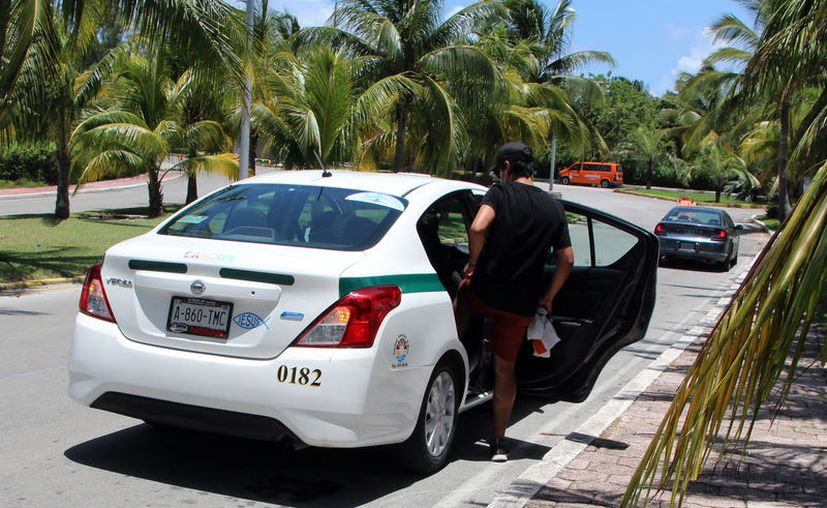 Señalan que sólo el 25% de los taxis ya tienen instalado el GPS. (Paola Chiomante/SIPSE)