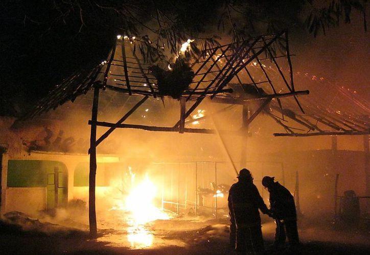 El incendio inició en las primeras horas de la madrugada de hoy 10 de mayo. (Emmanuel Palomo/SIPSE)
