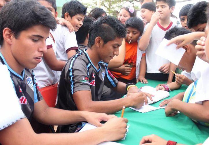 Dante Garay y Emir Alpuche firman autógrafos a los alumnos. (SIPSE)