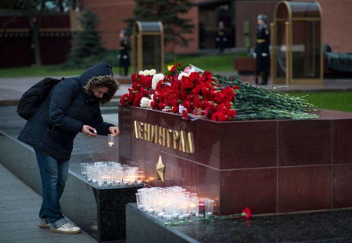 La aerolínea Metrojet prácticamente se lavó las manos sobre el accidente de uno de su aviones en Egipto. En la imagen, un memorial de víctimas del avionazo, en Leningrado. (AP)