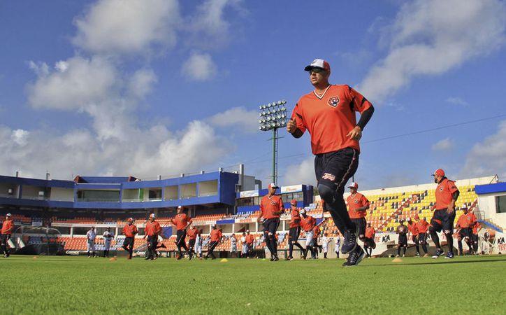 Hoy y mañana llegarán los peloteros que faltan, para iniciar el viernes los juegos de exhibición contra Leones de Yucatán.  (Raúl Caballero/SIPSE)