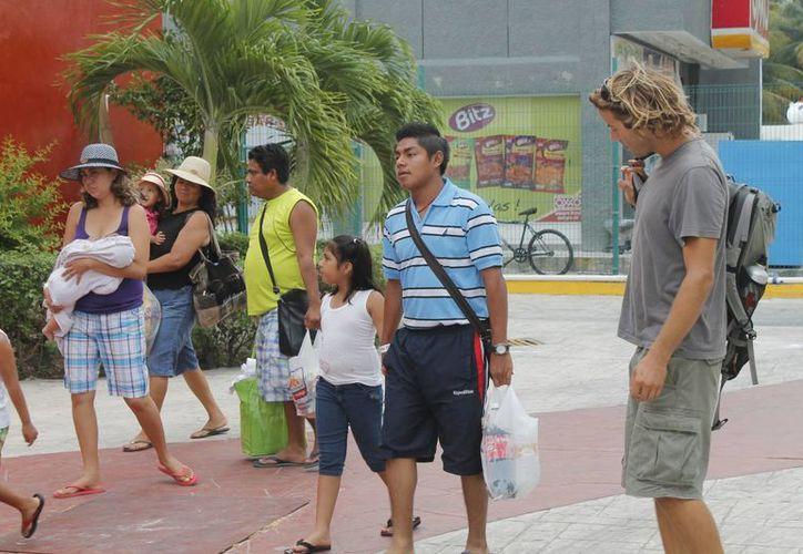 En vez de comprar una guía, es recomendable para el turista descargar información de internet e imprimir. (Jesús Tijerina/SIPSE)