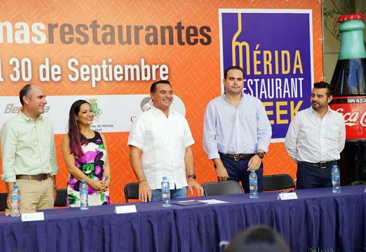 El alcalde Renán Barrera (centro), durante la presentación del Restaurant Week. (Foto: Milenio Novedades)