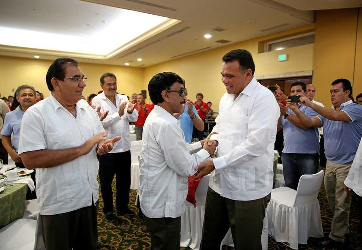 El gobernador de Yucatán, Rolando Zapata Bello, saluda durante el aniversario del Congreso del Trabajo en el estado. (SIPSE)