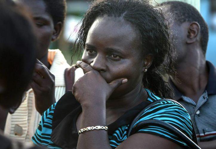 Sarah Kemunto, familiar de una las víctimas de la masacre en Kenia, permanece a la espera de información de las autoridades. (EFE)